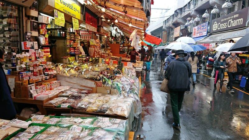 Tokyo: De Vissenmarkt van Tsukijizeevruchten royalty-vrije stock fotografie