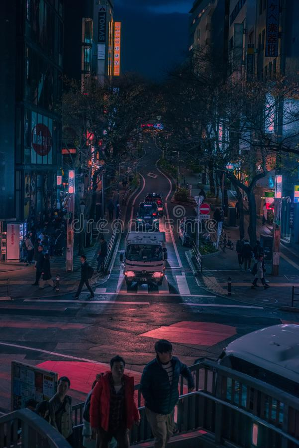 Tokyo gator på natten royaltyfria bilder