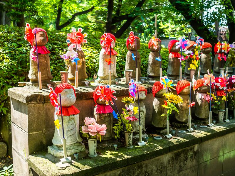 TOKYO, GIAPPONE - 5 APRILE: Jizo Boddhisattvas al tempio buddista di Zojo a Tokyo, Giappone La bodhisattva di Jizo è il santo pat immagine stock libera da diritti