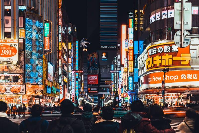 Tokyo, Giappone - 11 gennaio 2019: Traffico ammucchiato di automobile e della gente ad area di Kabukicho, alla zona di vita nottu fotografie stock libere da diritti