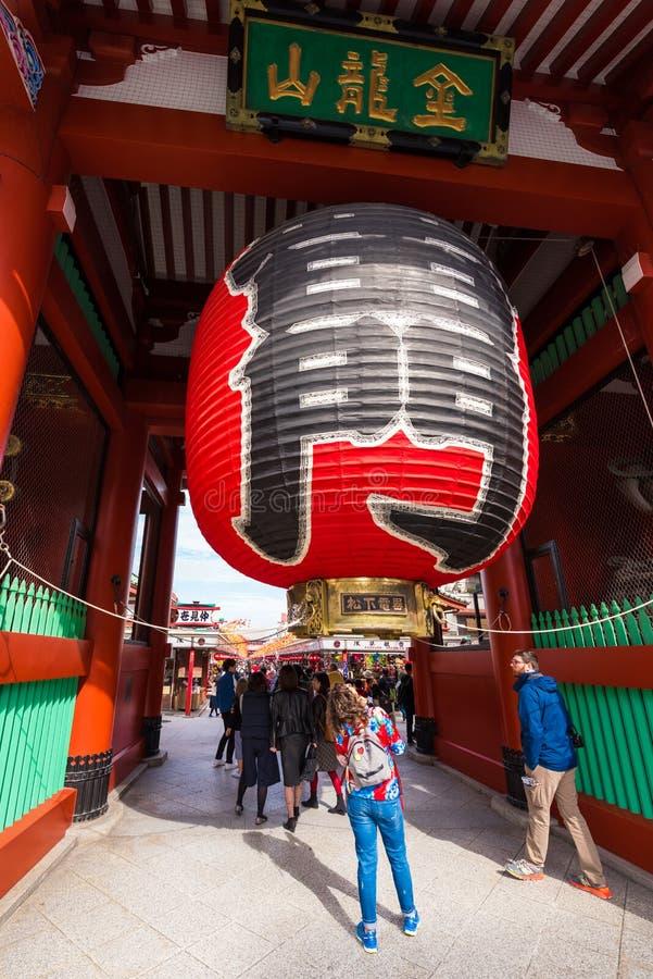 TOKYO, GIAPPONE - 31 OTTOBRE 2017: Grande lanterna rossa all'entrata principale al tempio Asakusa Schrein Senso-ji verticale immagini stock