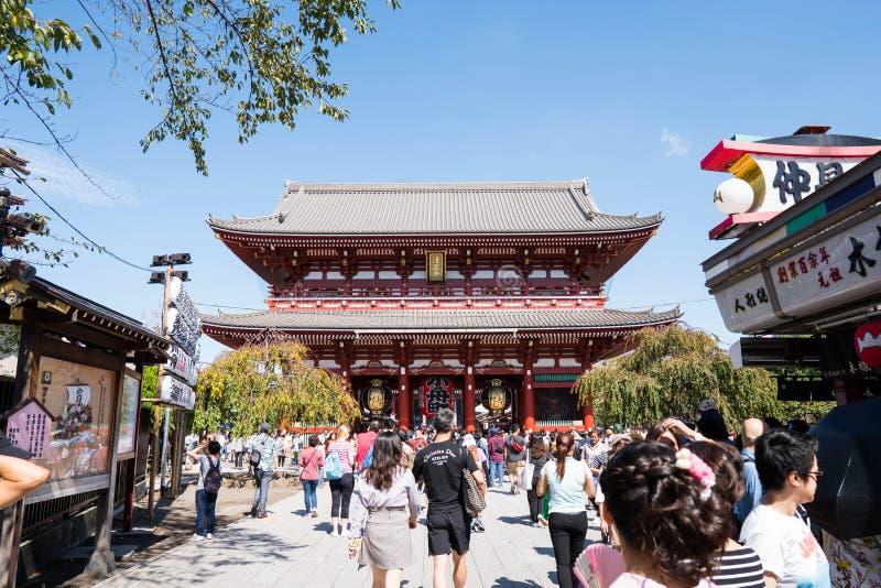 Tokyo, Giappone - 7 ottobre 2018: il turista è camminante e visitante il tempio di Sensoji fotografia stock libera da diritti