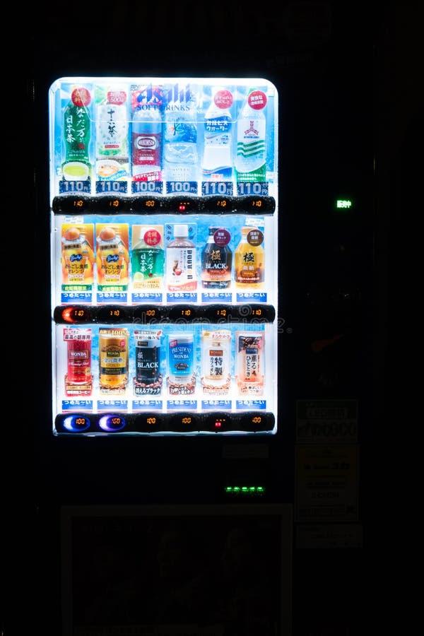 Tokyo, Giappone - 5 ottobre 2018: un distributore automatico giapponese alla notte è ben illuminato fotografia stock