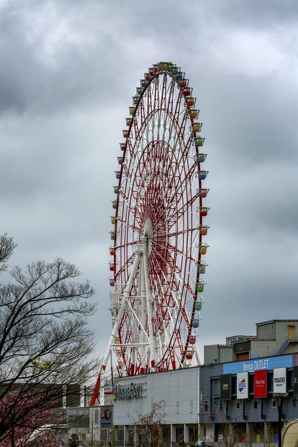 Tokyo, Giappone, 04/08/2017 Ruota panoramica sull'isola Odaiba fotografia stock