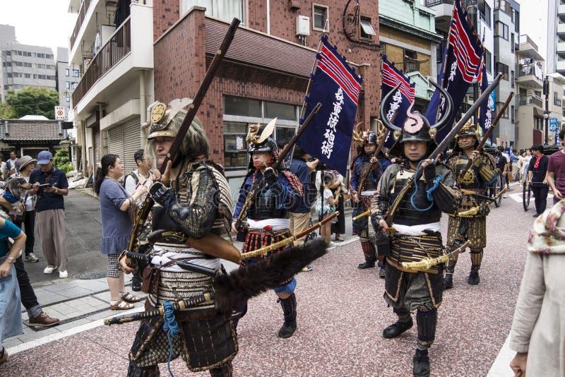 Tokyo, Giappone - 24 settembre 2017: La gente con il samurai costumes la camminata lungo la parata al festival di Shinagawa Shuku fotografia stock libera da diritti