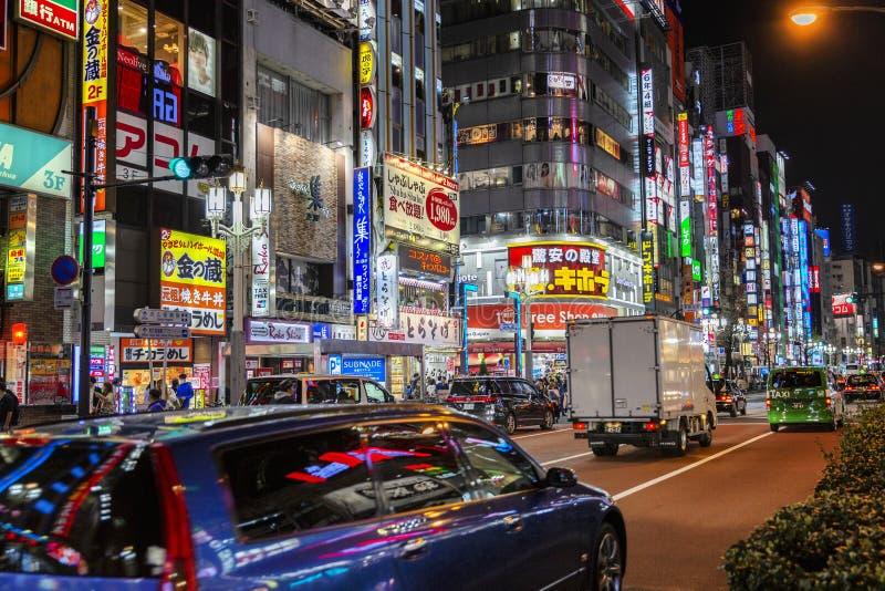Tokyo, Giappone, 04/08/2017 Via di notte in una grande città fotografie stock libere da diritti