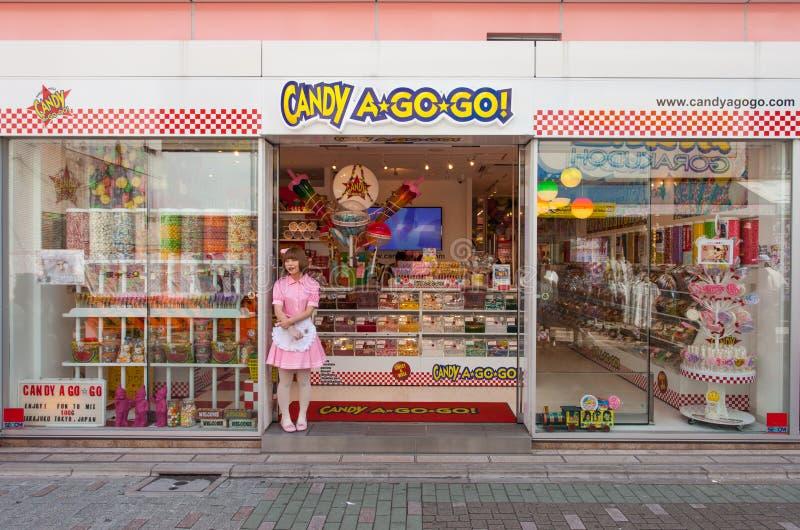 Tokyo - godisen en gå går godisen shoppar och försäljaren royaltyfri foto