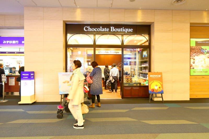 Tokyo: Haneda luchthaven na immigratiecontrole op kleinhandelsgebied stock afbeeldingen