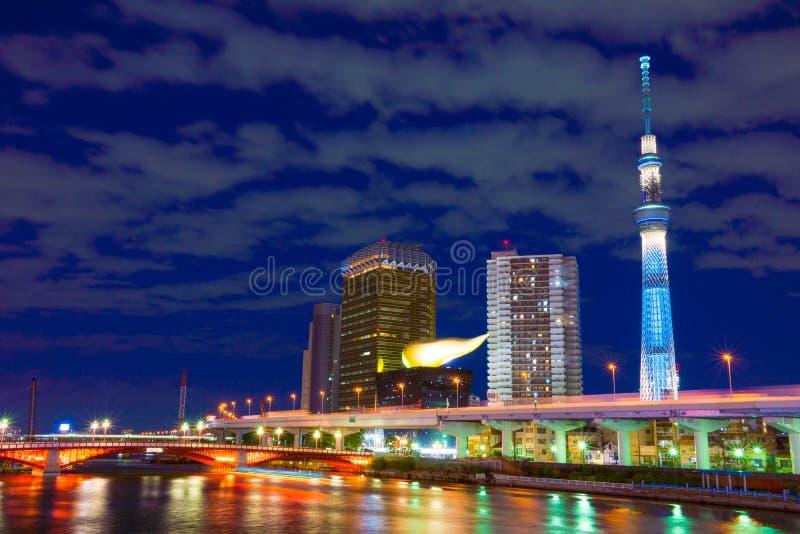 Tokyo-Himmel-Baum-Turm stockbilder