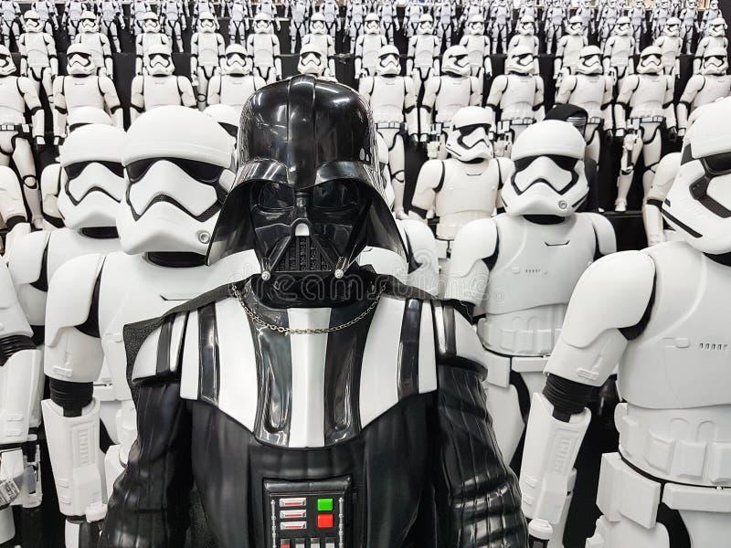 TOKYO JAPAN, Akihabara, 10 - JULI, 2017: Krig för exponeringsmodellstjärna figurerar stormtroopers och Darth Vader