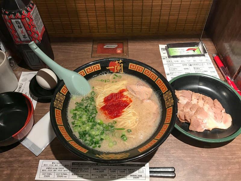 Tokyo Japan - April 30, 2017: Ichiran Ramen är en av de mest berömda japanska nudelkoncessionrestaurangerna i Japan arkivbilder