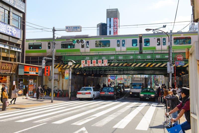 Tokyo, Japan - 2. April 2015: Landschaft um Shin Okubo-Bahnstation Berühmt für koreanische Stadt in Tokyo stockfotos
