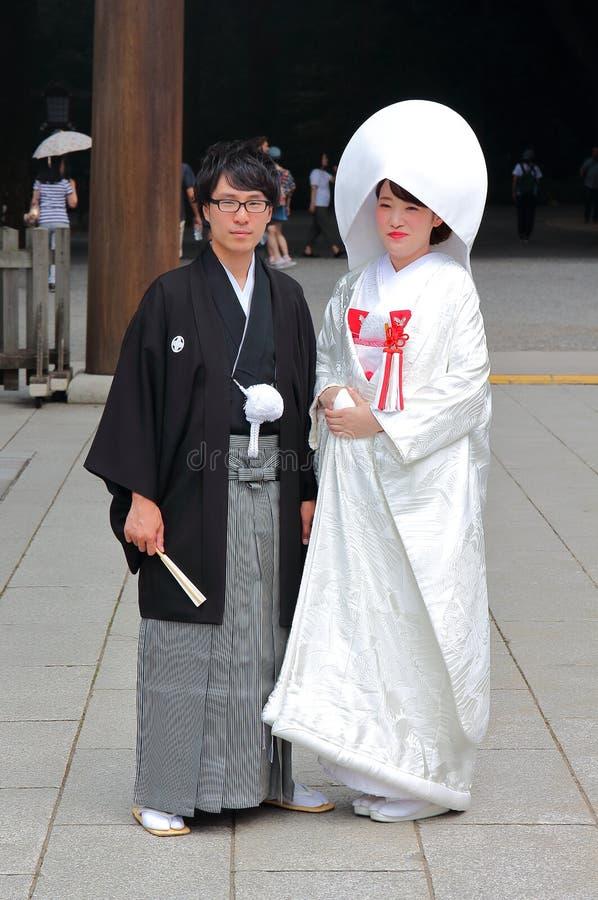 Tokyo, Japan - 5. August 2017: Japanische Paare an ihrem Hochzeitstag an Meiji Jingu-Tempel stockfoto