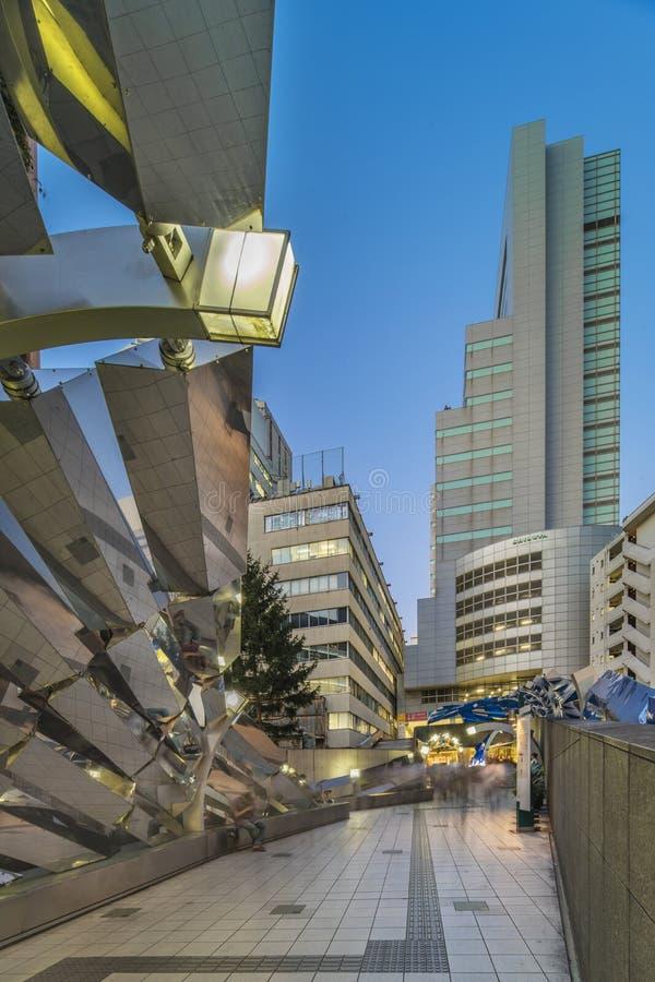 TOKYO JAPAN - Augusti 21 2018: Futuristisk arkitektur i det Shibuya området i den Dogenzaka gatan arkivbilder