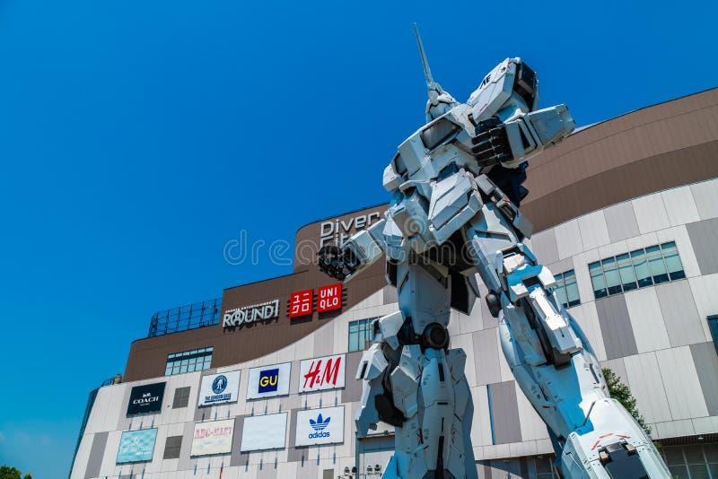 TOKYO JAPAN - 1 AUGUSTI 2018: Härlig jätte Unicorn Gundam Model och statyanseende på framdelen av Tokyo för dykarestadsplaza shop arkivfoton