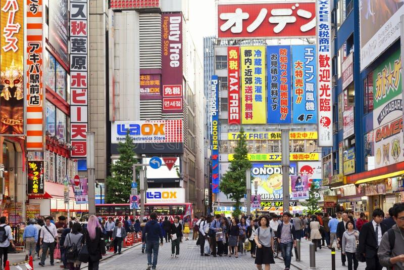 TOKYO JAPAN-CIRKA MAY-2016: Akihabara område i Tokyo, Japan Området är ett viktigt shoppa område för elektroniskt, datoren, royaltyfri foto