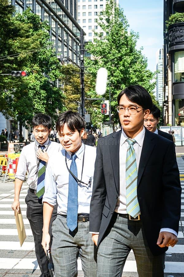 Tokyo, Japan 10 02 de menigte van 2018 van burgers en toeristen die in zaken en vrijetijdskleding straat in populair Ginza-distri stock afbeeldingen