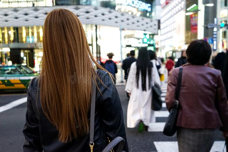 Tokyo, Japan 10 02 de menigte van 2018 van burgers en toeristen die in zaken en vrijetijdskleding straat in populair Ginza-distri stock foto