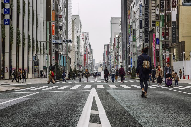 Tokyo, Japan, 04/08/2017: De mensen lopen langs de voetstraat van Ginza royalty-vrije stock afbeelding