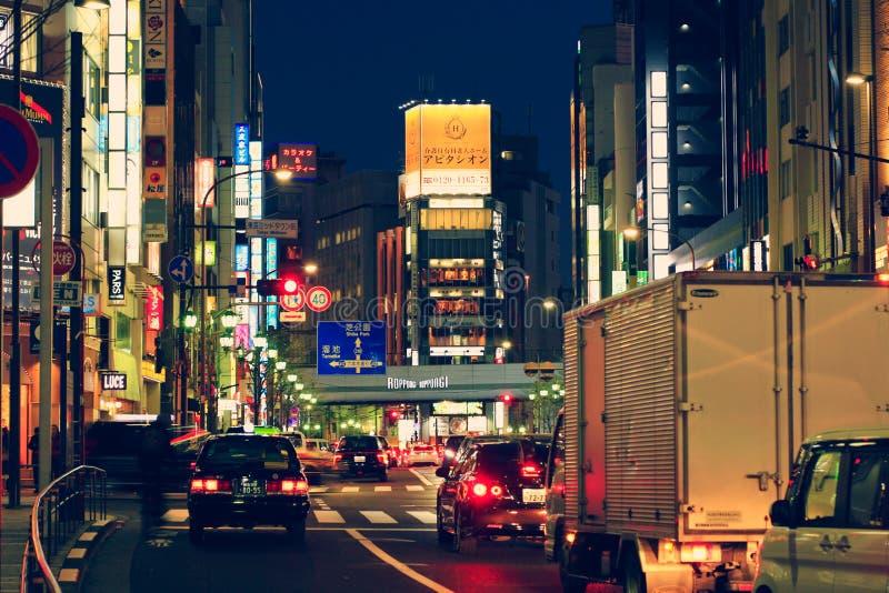 TOKYO JAPAN - DECEMBER, 27, 2017: Färgrika tända gator i Roppongi område, Tokyo, Japan royaltyfri foto
