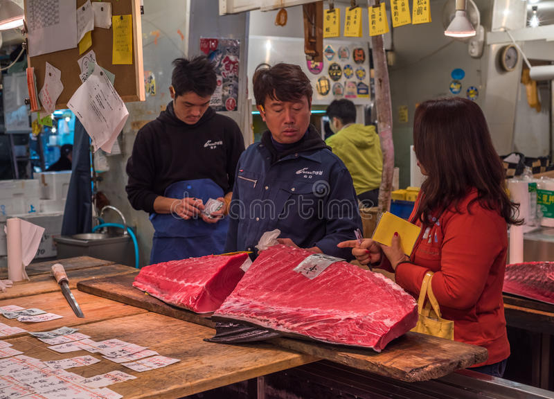 TOKYO, JAPAN - Dezember, 01, 2014: Thunfischverkäufer bei Tsukiji lizenzfreies stockfoto