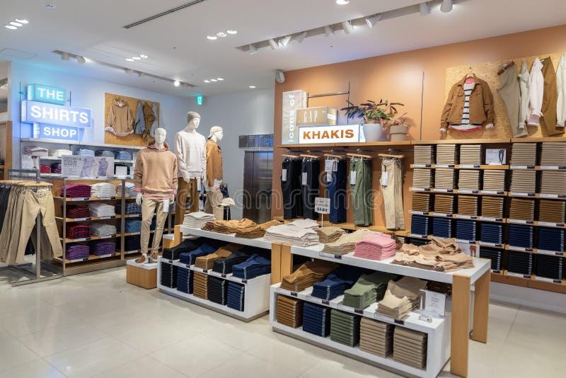 TOKYO JAPAN - FEBRUARI 5, 2019: Tokyo Ginza område GAP shoppar inre japan royaltyfria foton