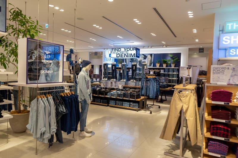 TOKYO JAPAN - FEBRUARI 5, 2019: Tokyo Ginza område GAP shoppar inre japan royaltyfri foto