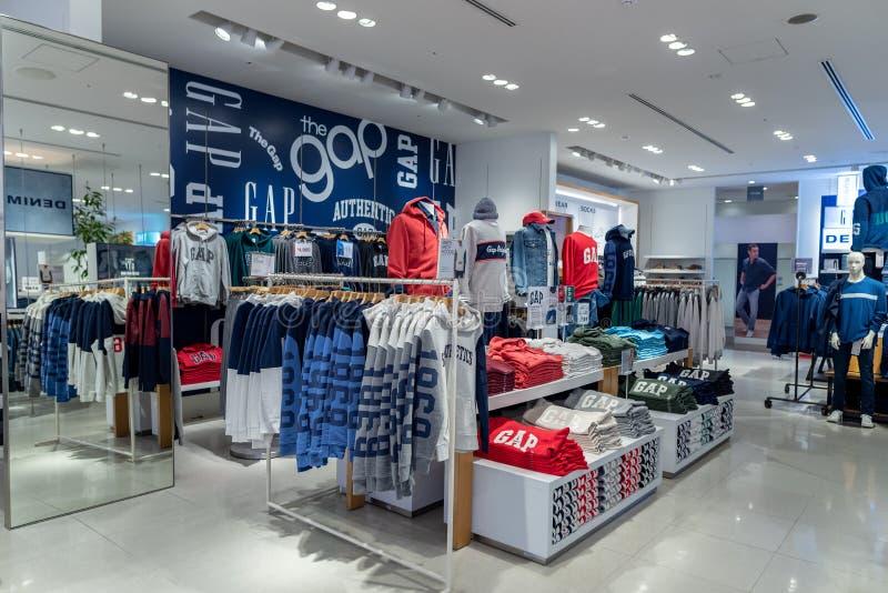 TOKYO JAPAN - FEBRUARI 5, 2019: Tokyo Ginza område GAP shoppar inre arkivfoto