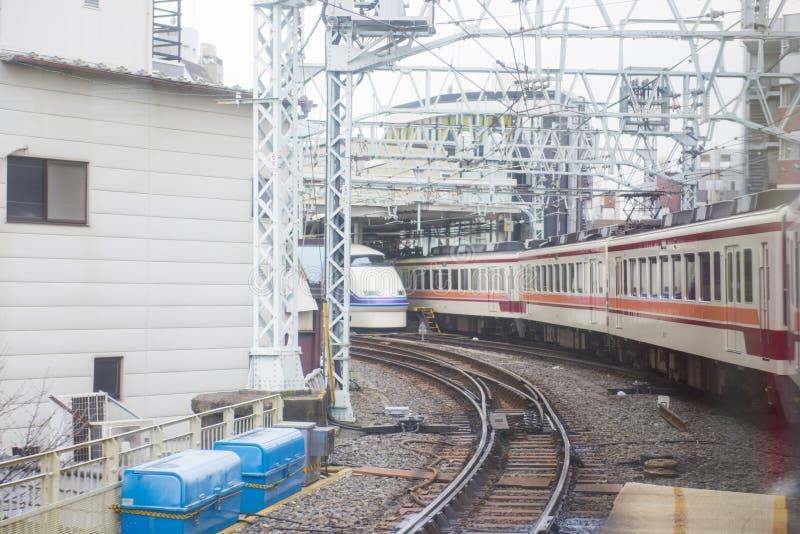 TOKYO JAPAN - FEBRUARI 23, 2016: Snabb järnvägsstation arkivbilder
