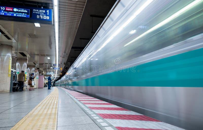 TOKYO JAPAN - FEBRUARI 18, 2018: Station för Tokyo gångtunneltunnelbana med det snabba rörande drevet royaltyfri bild