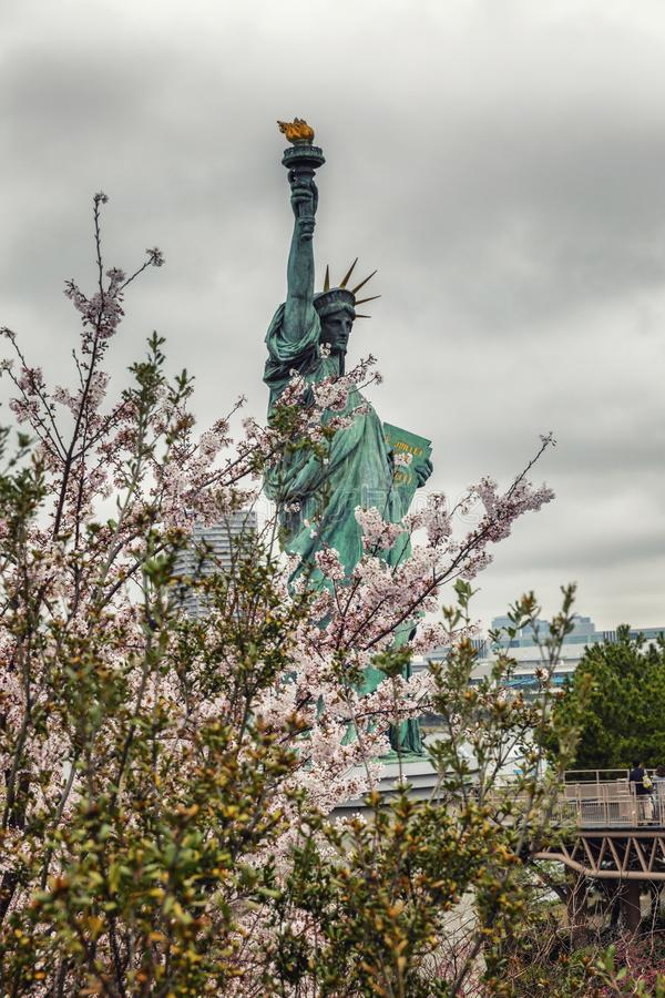 Tokyo, Japan, 04/08/2017: Freiheitsstatue auf Odaiba-Insel in Sakura Flowers, lizenzfreie stockfotografie