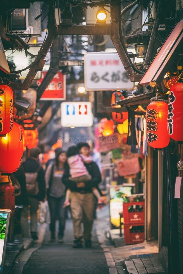 Tokyo, Japan - het Lokale van de steegrestaurants van het straatvoedsel district van Shinjuku met rode lantaarns bij nacht royalty-vrije stock afbeelding