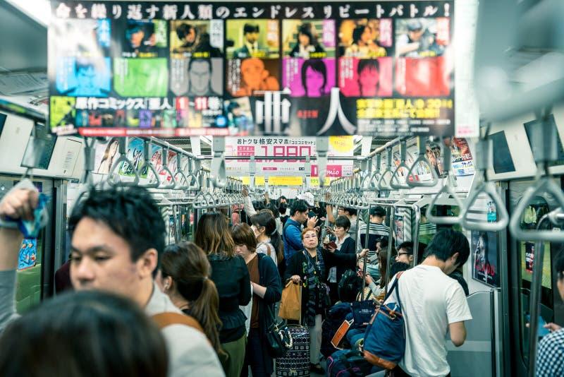 Tokyo, Japan, im Oktober 2017: Leute in der Metrozug-U-Bahn herein stockfotografie
