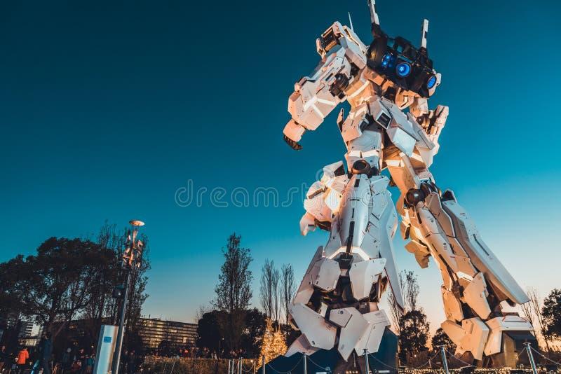Tokyo Japan - Januari 9, 2019: Bakre sikt av i naturlig storlek Unicorn Gundam statyskärm på den DiverCity Tokyo Plazaköpcentret, royaltyfria bilder