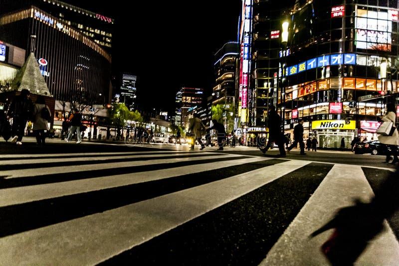Tokyo, Japan - Januari 14, 2010: De voetgangersoversteekplaats straat centraal bij Ginza-District in Tokyo Ginza die bij nacht kr stock foto