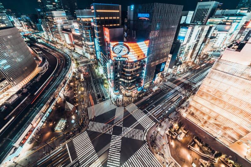 Tokyo Japan - Januari 13, 2019: Flyg- nattsikt för Cityscape av genomskärningen för väg för Ginza sebraövergångsställe med biltra fotografering för bildbyråer