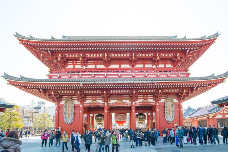 Tokyo Japan - Januari 28 2016: Folket besöker den Sensoji templet i Asakusa, Tokyo Den Senso jien är en berömd buddistisk tempel  arkivbild