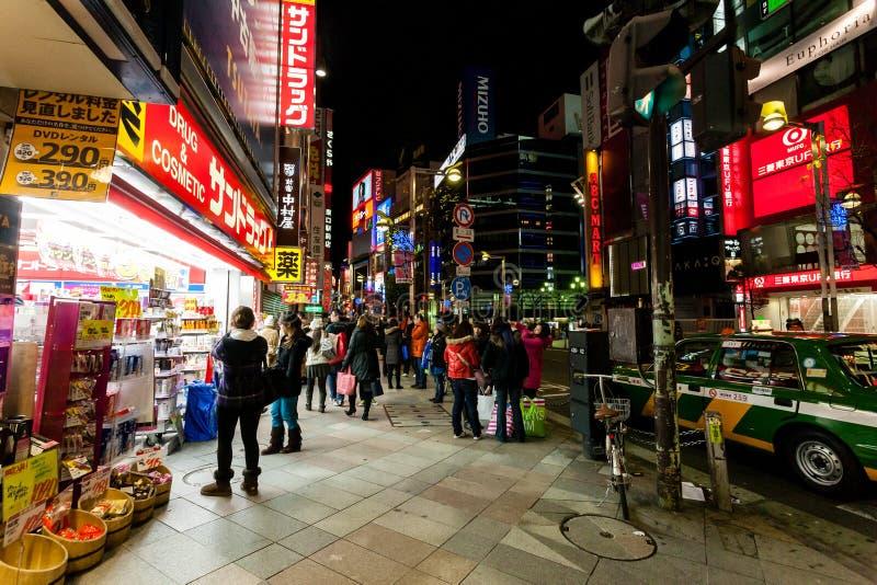Tokyo, Japan - Januari 1, 2010: Mensen die langs de straat dichtbij Ginza-District in Tokyo lopen Ginza bij nacht royalty-vrije stock foto's