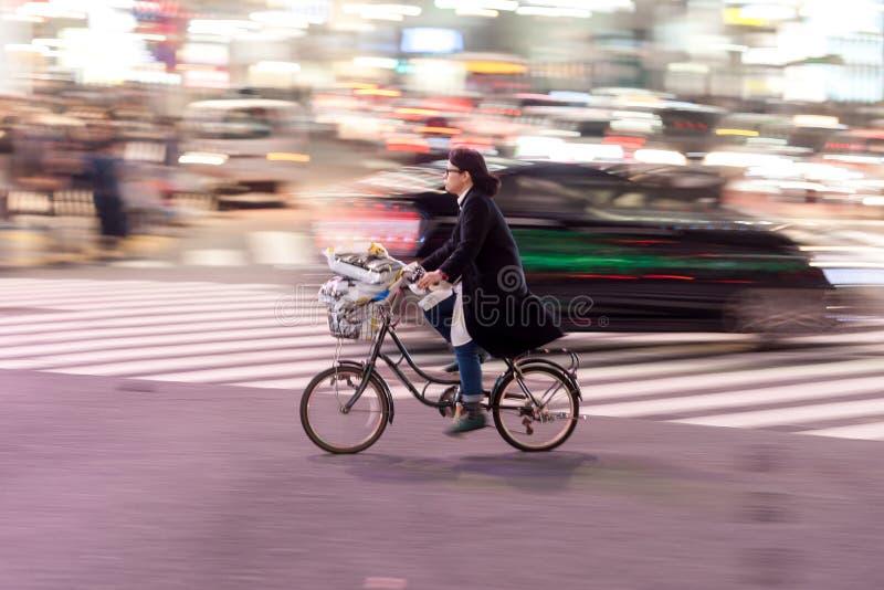 TOKYO JAPAN - JANUARI 28, 2017: Shibuya område i Tokyo Berömd och mest upptagen genomskärning i världen, Japan Shibuya Crossing royaltyfri fotografi