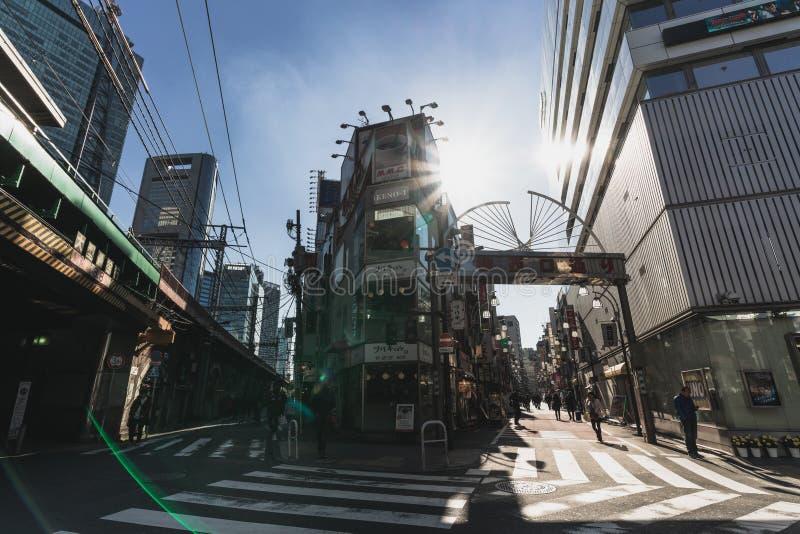 Tokyo Japan - Januari 14, 2019: Tokyo stadsliv vid gatan och gränderna på den Shinbashi stationen Japansk lokal kultur och livsst arkivbild