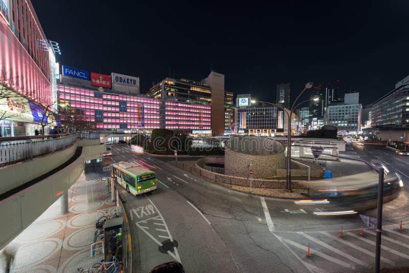TOKYO JAPAN - JANUARI 26, 2017: Tokyo Shinjuku station För exponeringsgata för afton långt foto Oskarp trafik Bussstation arkivbild