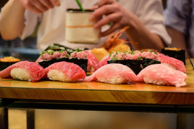 TOKYO, JAPAN: Japanse chef-kok die de Japanse reeks van de voedselstijl Sushi in een restaurant dienen royalty-vrije stock afbeeldingen