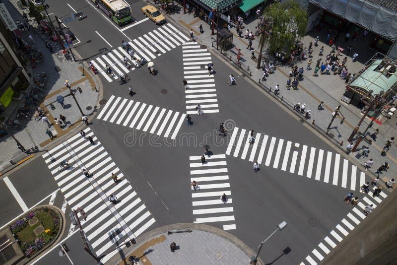 Tokyo - Japan, Juni 19, 2017: Flyg- sikt av folk korsa royaltyfri foto