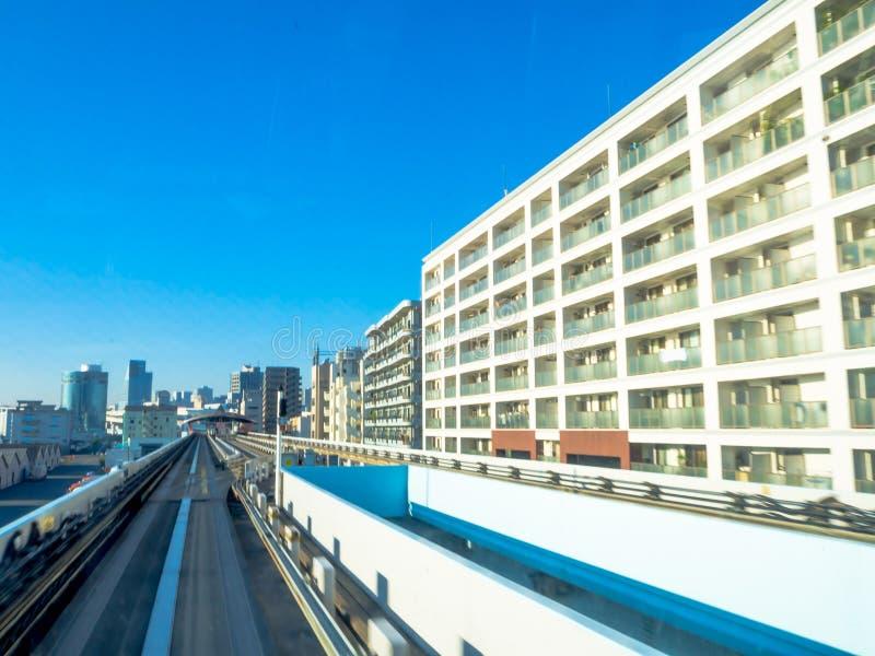 TOKYO, JAPAN AM 28. JUNI - 2017: Landschaft eines Zugs, der auf die erhöhte Schiene von Yurikamome-Linie in Odaiba, Minato reist lizenzfreies stockfoto
