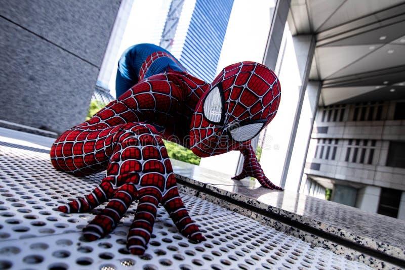 Tokyo, Japan - 15. Juni 2019: Mann im komischen Wunderspiderman des Superheldkostüms auf der Straße stockbild