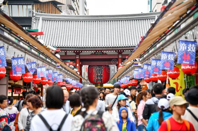 TOKYO, JAPAN - 30. JUNI 2019: Menge von Touristen auf Nakamise-Dori, Senso-jitempel in Asakusa, Tokyo, Japan lizenzfreies stockfoto