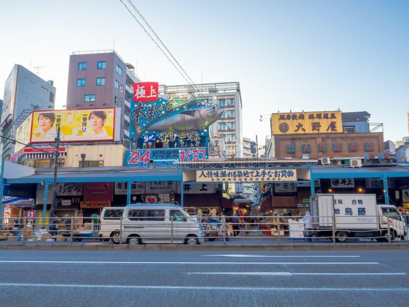 TOKYO, JAPAN JUNI 28 - 2017: Openluchtmening van zeevruchten bij de groothandel van Tsukiji van de Vissenmarkt in Tokyo Japan, Ts royalty-vrije stock foto's