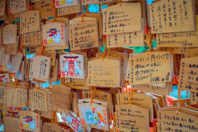 TOKYO, JAPAN AM 28. JUNI - 2017: Schöne und kleine Gebetstabellen an Toshogu-Schrein Ema sind die kleinen hölzernen Plaketten, di lizenzfreies stockfoto