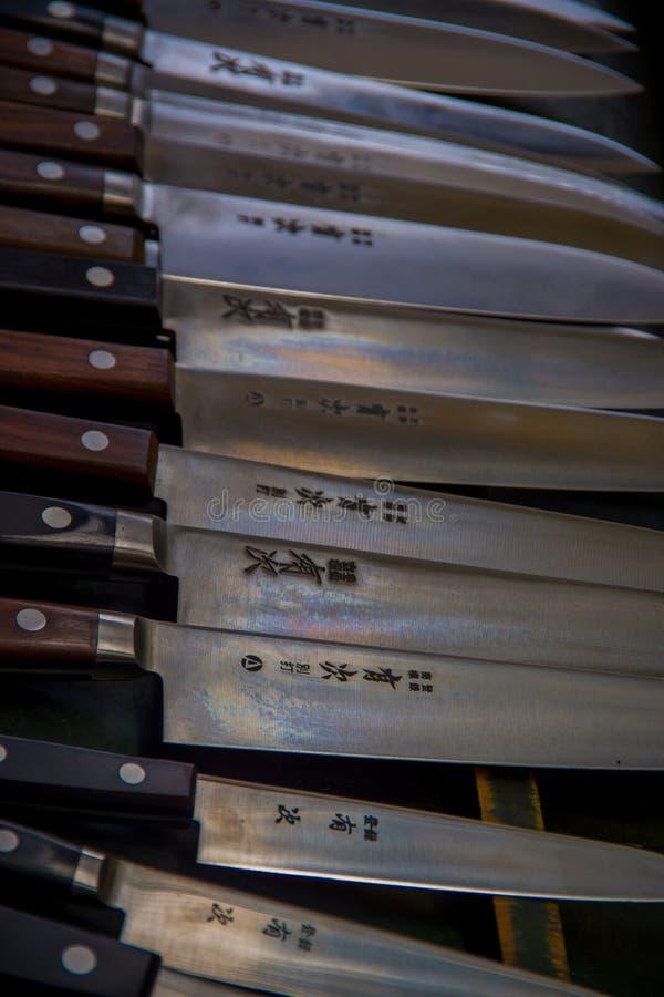 TOKYO, JAPAN AM 28. JUNI - 2017: Sortierte Messer mit einem Holzgriff in einem rohen in einem Fische Tsukiji-Markt ist das größte stockfotos