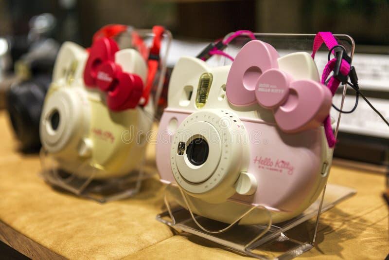 Tokyo, Japan, 04/08/2017 Kameras Hello Kitty im Geschäftsfenster stockbild